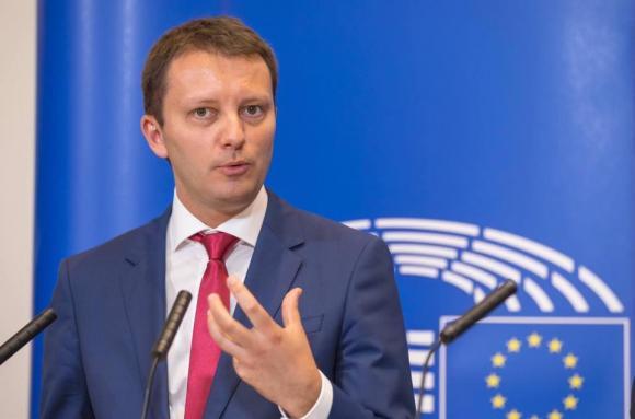 """Un europarlamentar, mesaj dur pentru Viorica Dăncilă: """"Europa vede cum călcați în picioare legile țării"""""""