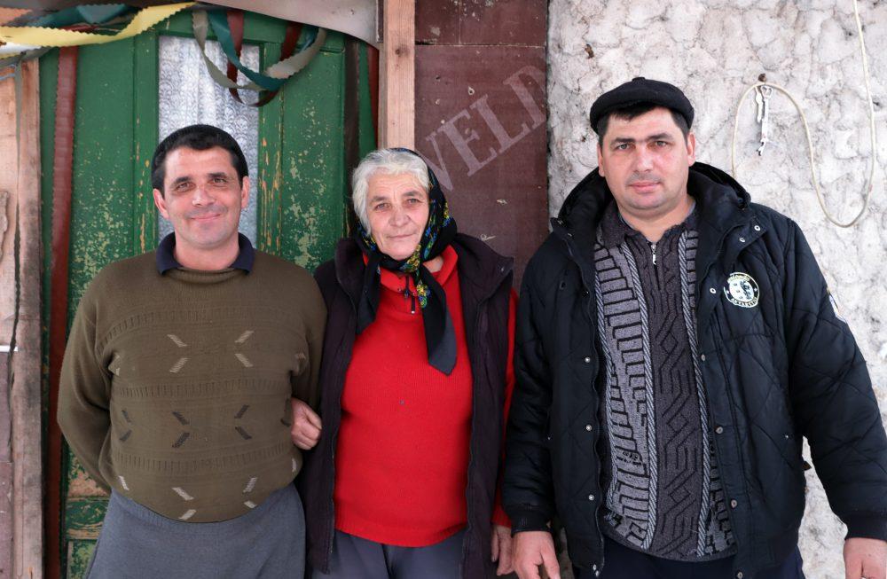"""Floarea Trocan, alături de fiii săi, Mădălin și Marian Citeşte întreaga ştire: Mama biologică a băiatului adoptat de Viorica Dăncilă: """"Vreau doar să-l văd, nu să-mi zică mamă!"""""""