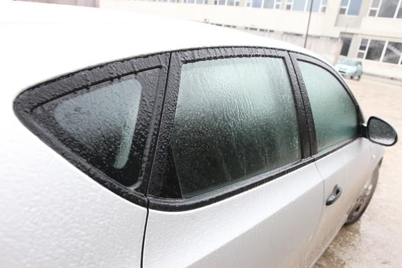 Mașinile au fost acoperite de un strt de gheață