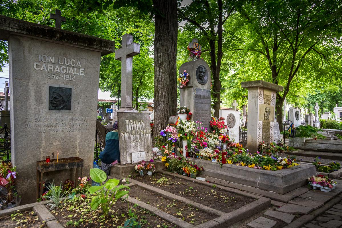 """Ion Luca Caragiale se odihnește alături de Mihai Eminescu, pe """"Aleea Scriitorilor"""" din cimitirul """"Bellu"""", unde a fost condus pe 23 noiembrie 1912 de mii de bucureșteni"""