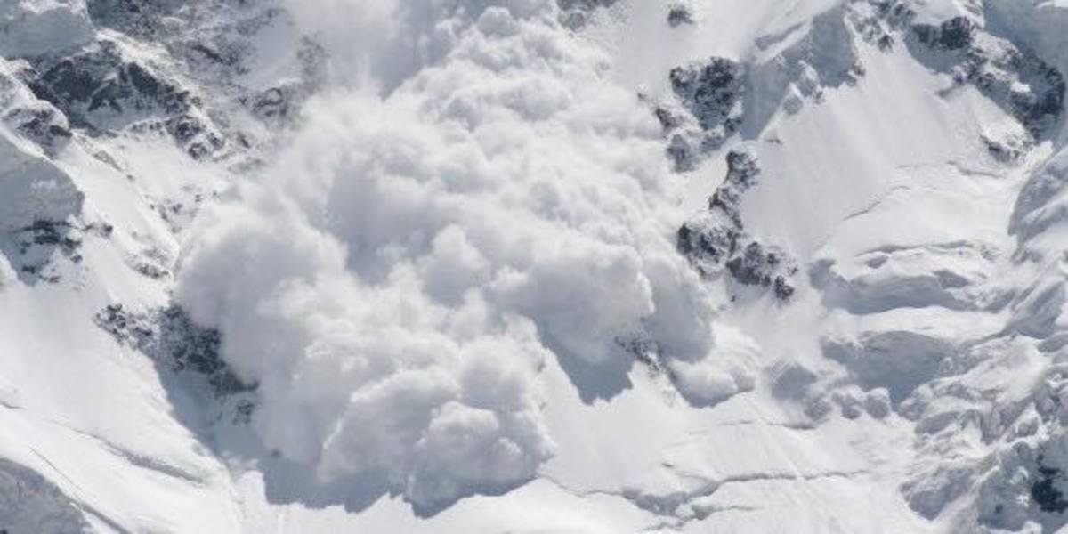 Avalanșă pe șosea, în Bucegi! Cum a reușit să se salveze un șover