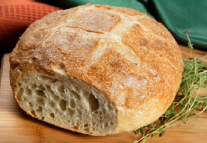 Pâinea de casă se poate face destul de simplu și fără țăst, și fără cuptorul clasic din vechile bucătării țărănești. Răbdarea și dragostea de pâine sunt, însă, ingrediente obligatorii
