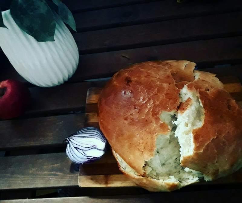 """Pâinea de casă, întotdeauna o bucurie a întregii familiii, de care se face """"vinovată"""" gospodina-șefă a casei"""