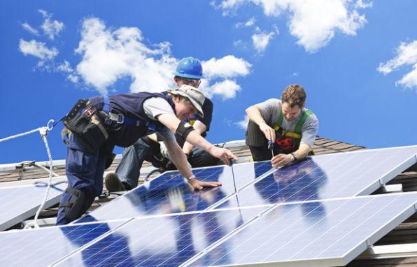 Pe timpul verii, panourile asigură alimentarea cu curent electric pentru o locuință întreagă