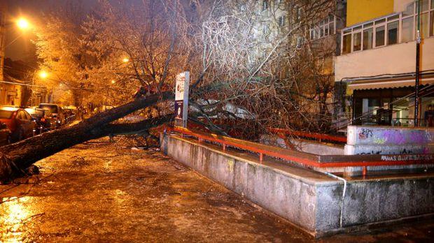 Circulația în București se desfășoară cu dificultate din cauza vremii nefavorabile. Mijloacele de transport în comun sunt cele mai afectate,