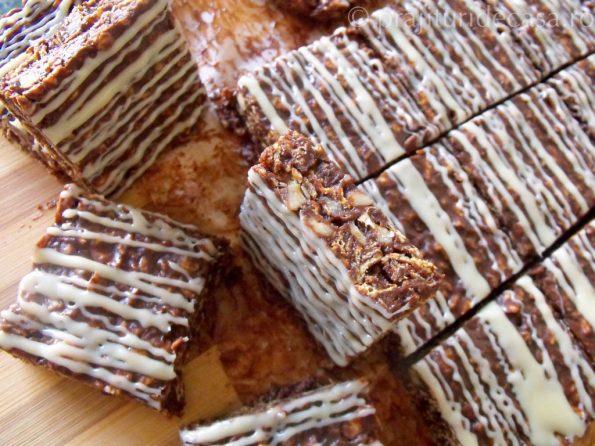 Prăjitură cu fulgi glazurată cu ciocolată, te lingi pe degete! Unde pui că mai e și simplu de făcut!