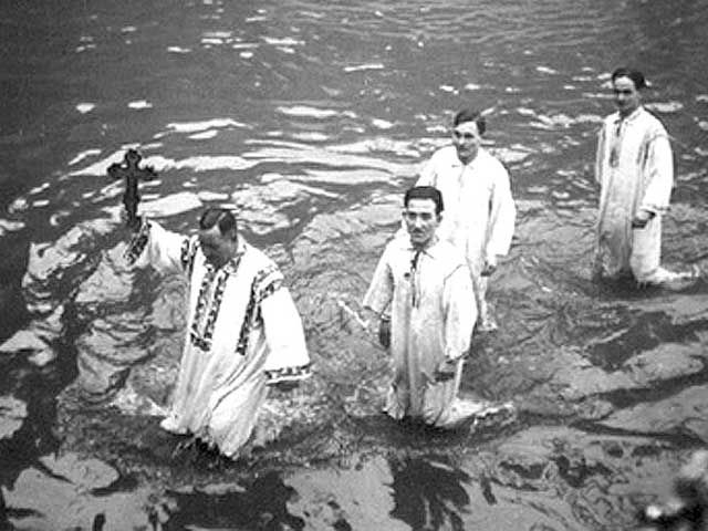 Un obicei străvechi de Bobotează este aruncatul crucii în apă. Cine o aducea la mal, mare cinstire primea