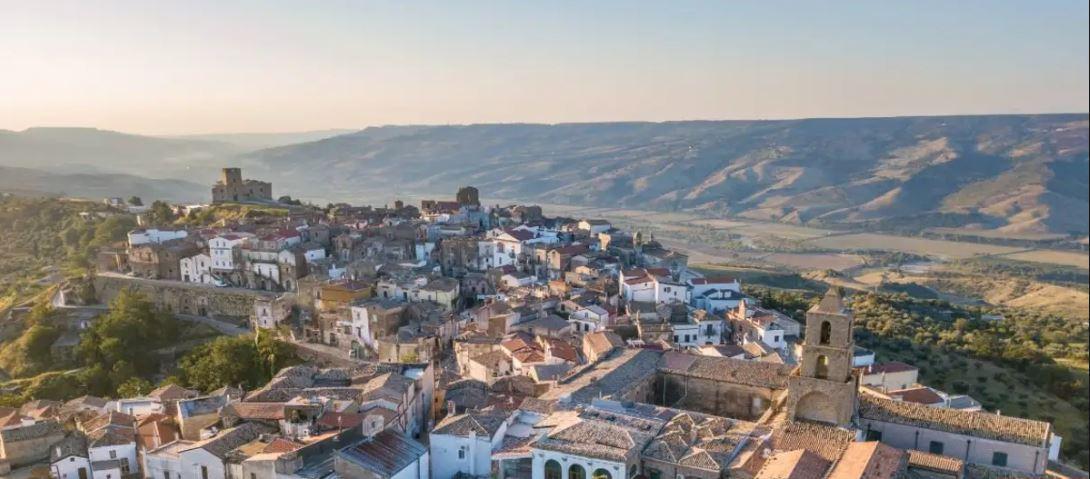 Airbnb, ofertă inedită! Plătește patru oameni pentru a locui trei luni în Italia