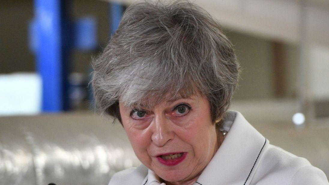 """Așadar, Parlamentul britanic a respins cu o mare majoritate - 230 de voturi - singurul plan de Brexit care există la ora actuală, adică acordul negociat timp de doi ani cu UE de guvernul condus de Theresa May. Printre cei care au spus """"nu"""" se numără şi 118 parlamentari conservatori, din partidul premierului May. Cariera politică a Theresei May este sub un mare semn de întrebare şi vor fi presiuni din partid ca să demisioneze, a comentat la Digi24 Mircea Geoană, fost ministru de Externe. El a vorbit de calităţile de lider solid al Theresei May, pe care a descris-o drept"""
