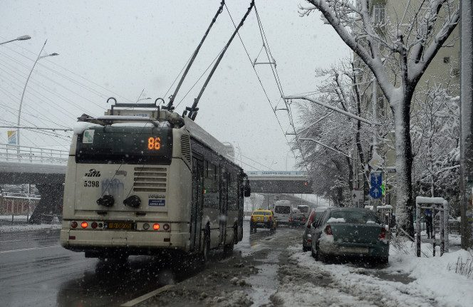 Din cauza vremii, troleibuzele au fost retrase, iar tramvaiele au fost încoluite de