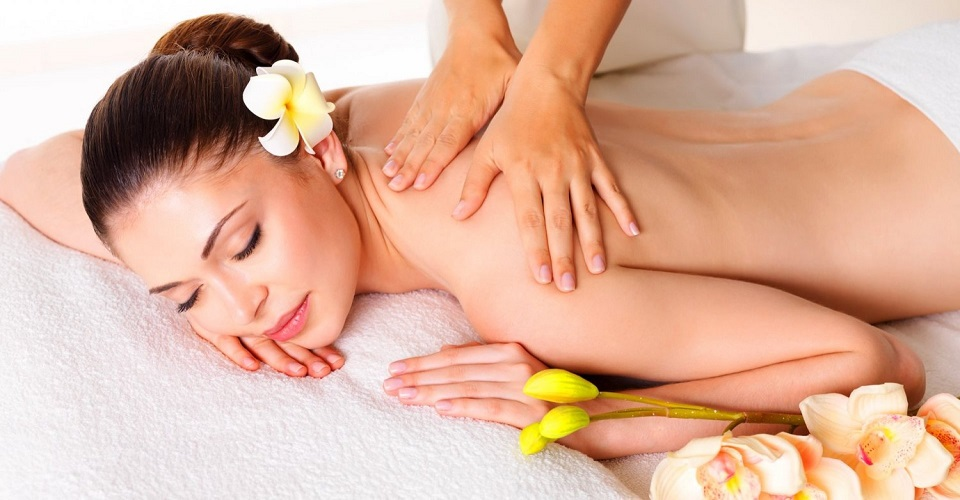 """Dacă tu nu știi să faci un masaj """"profi"""", lasă un specialist să o relaxeze pe iubita ta de 1 martie. Și învață!"""