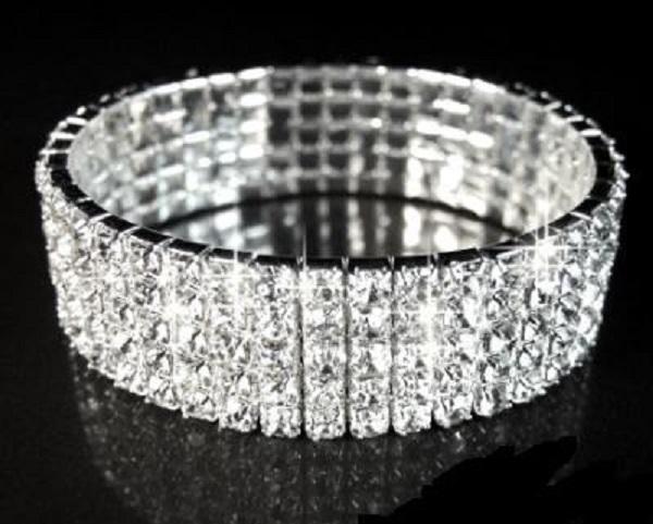O brățară cu cristale Swarovski poate fi un cadou foarte potrivit pentru 1 martie, ca orice bijuterie, de altfel