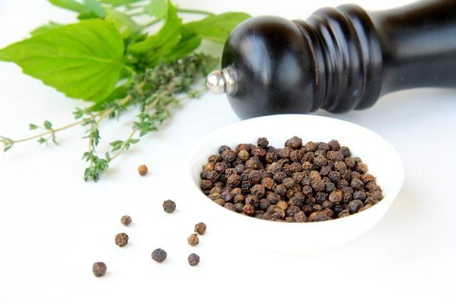 Piperul negru te ajută să te păzești de gripă și de răceală dacă îți plac mâncărurile picante