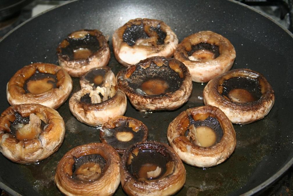 Ciupercile la grătar sunt un deliciu care sfidează gripa și răceala. Și mai sunt și ușor de preparat!