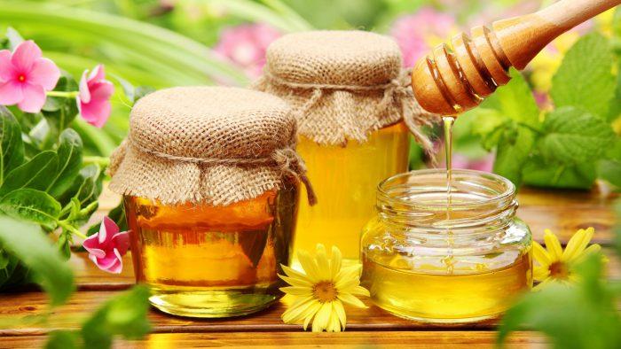 """Mierea de albine este nu numai un aliment bun și hrănitor, dar și un """"paznic"""" împotriva gripei și răcelii, mai ales combinată cu lămâia"""