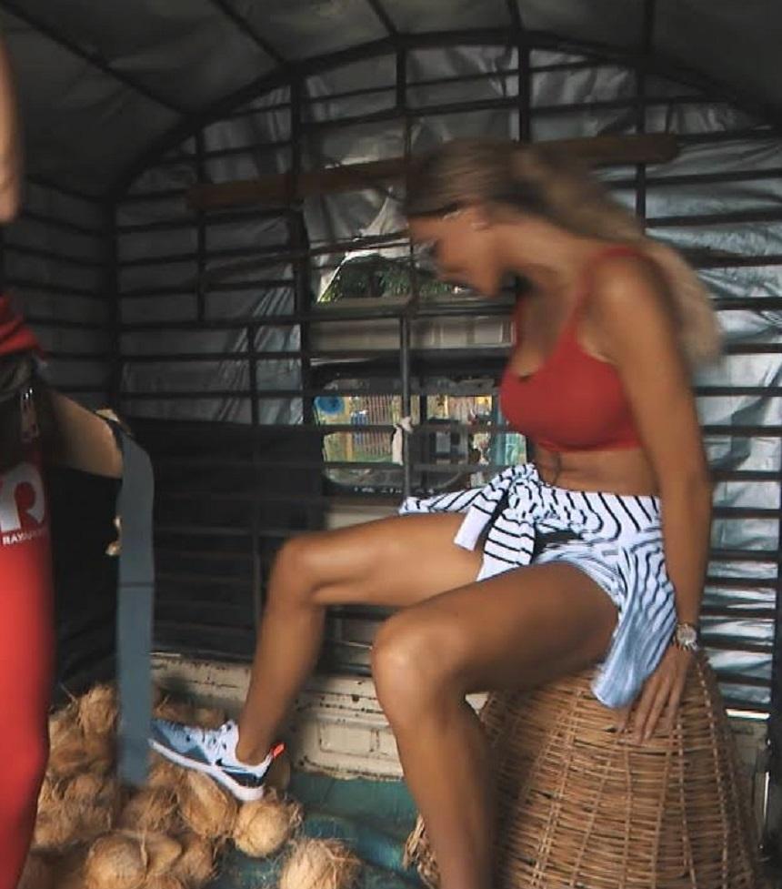 Bianca Drăgușanu a mers într-o remorcă plină cu nuci de cocos