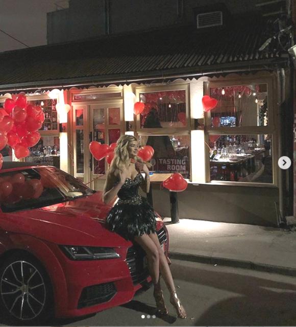 Ioana Boureanu lângă mașina luxoasă primită cadou la majoratul ei