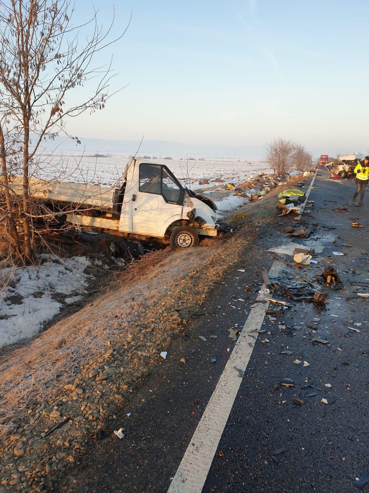 În accident au fost implicate o autoutilitară și un microbuz