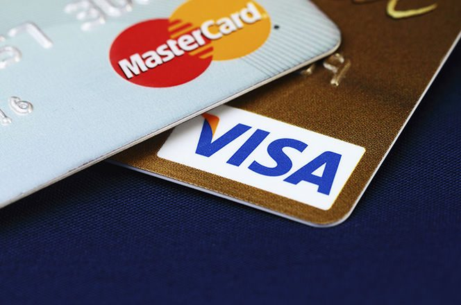 Mastercard și Visa impun comisioane interbancare mai mari