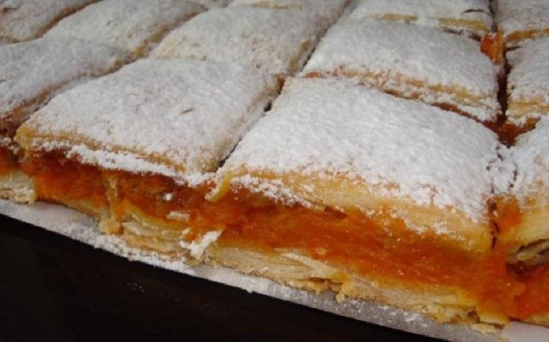 Plăcinta cu dovleac este un desert minunat, aromat și frumos... colorat! Un deliciu pentru întreaga familie!