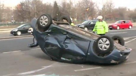 Unul dintre autoturisme s-a răsturnat în urma impactului