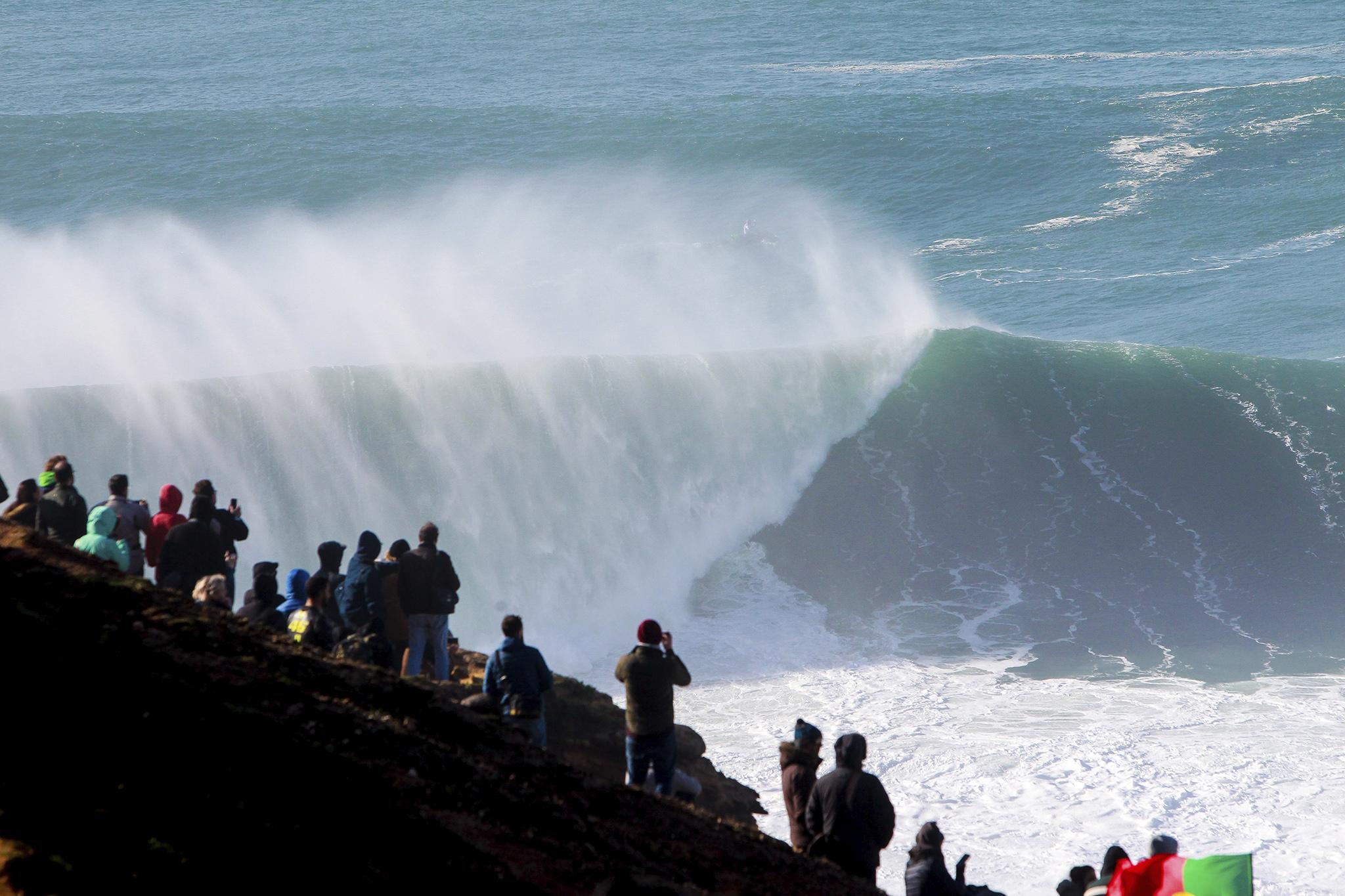 Valurile pot atinge o înălțime de 13-15 metri