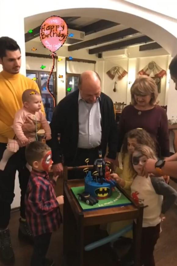 Bunicul Traian Băsescu și-a răsfățat nepoțelul de ziua sa. GALERIE FOTO