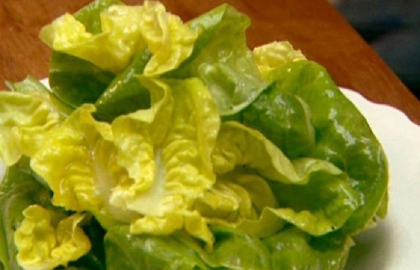 15 alimente care nu îngrașă niciodată: salata verde. Cu ceapă verde și castraveți!