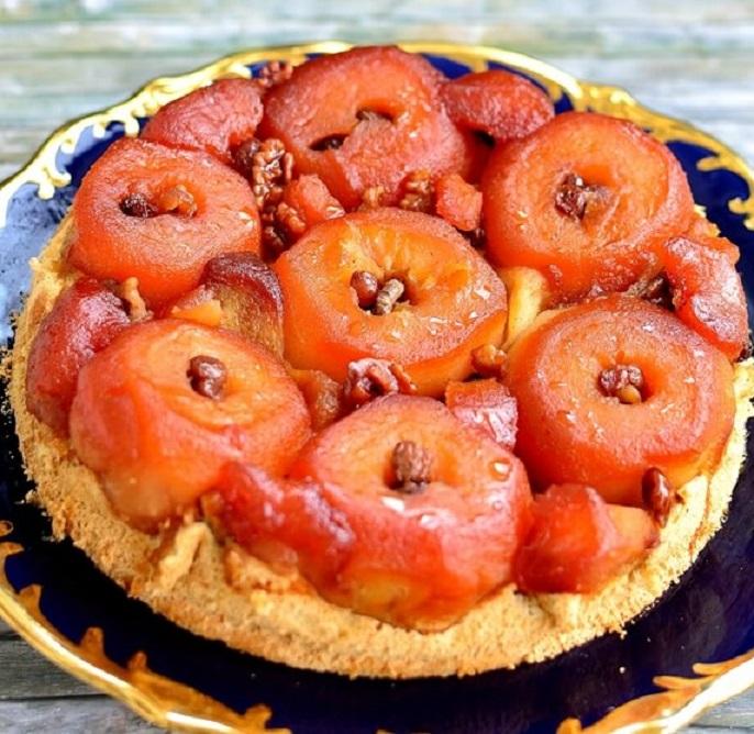 Tortul cu mere întregi caramelizate este desertul ideal pentru o masă de sărbătoare, nu numai în familie