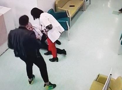 Bărbatul a continuat cearta și după ce medicul se afla la pământ