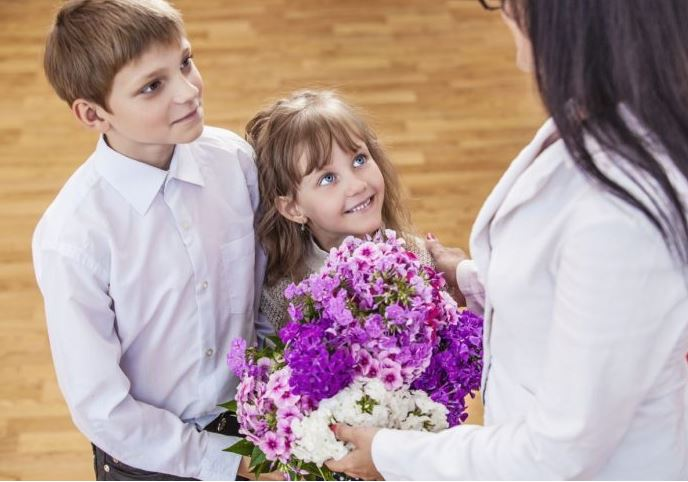 Cadourile de 8 Martie interzise în școli! Profesorii nu au voie să primească bani sau bunuri!