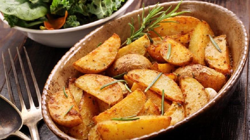 Cartofi țărănești fragezi ca la bunica acasă, cu ceapă, usturoi și boia, simplu și rapid de pregătit