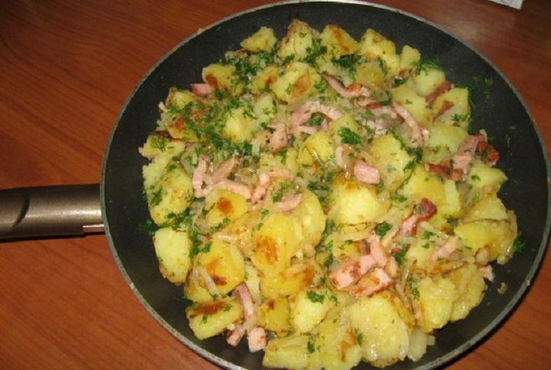 Cartofi țărănești la tigaie, cu kaiser, ceapă și ardei, un deliciu... periculos pentru sănătate!