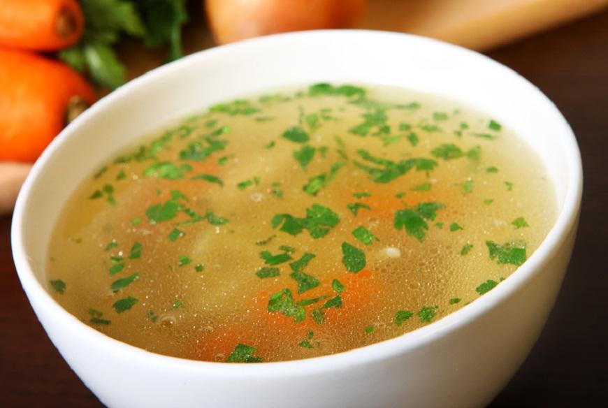 O supă de pui sau de legume este o mâncare recomandată de medici și după ora 18:00. Calmează și nu îngrașă