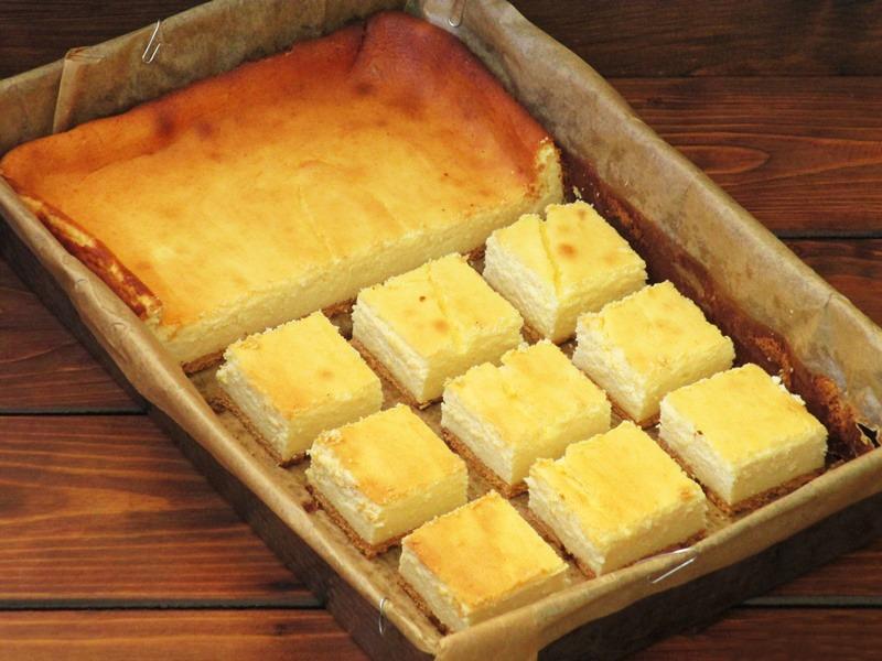 Plăcinta turnată cu brânză dulce de vaci o mănânci direct din tavă de bună ce este! Rețeta e simplă și ieftină