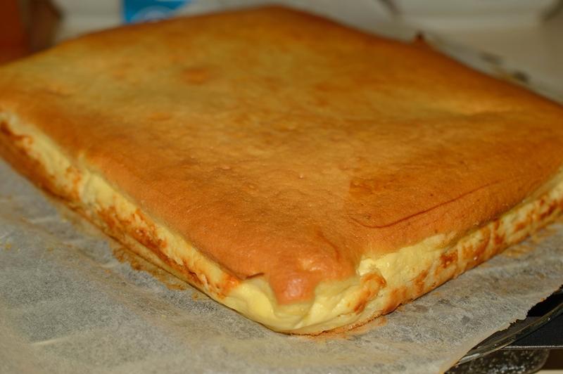 """Plăcinta turnată cu brânză dulce de vaci este cel mai """"indicat"""" desert de week-end! Delicioasă și ușor de făcut!"""