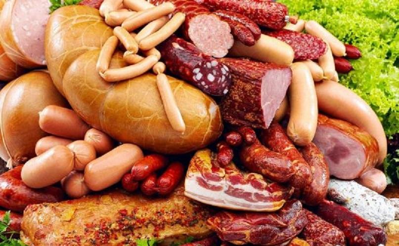 Mezelurile, cârnații și crenvuștii sunt alimente care favorizează apariția cancerului. Uleiul și untul le urmează!