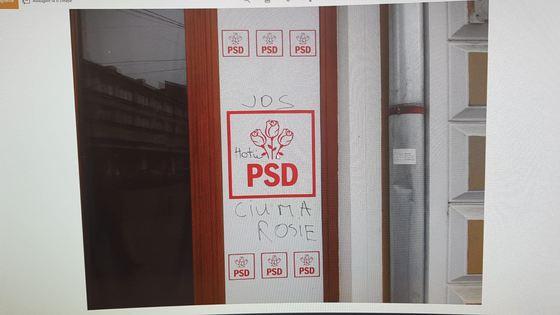 Protestatarul a scris mesaje triviale pe ușa de la intrarea în sediul PSD