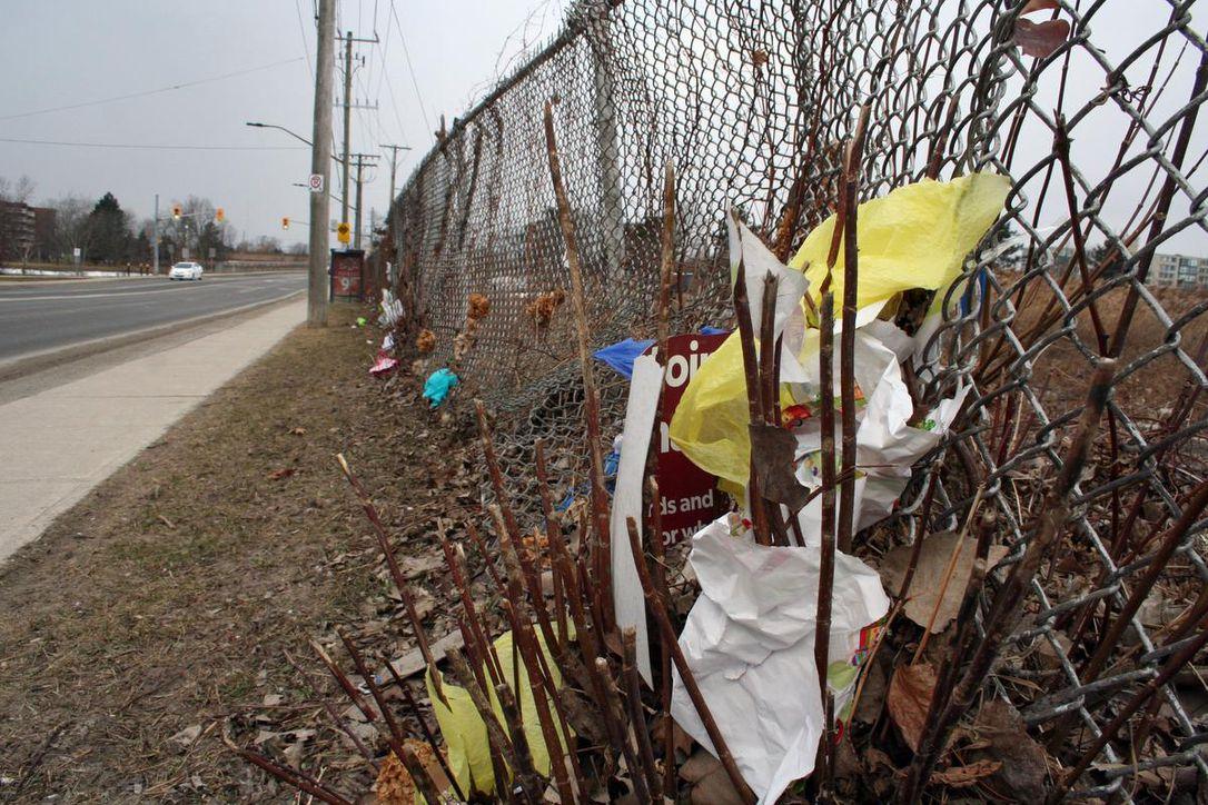Tot mai mulți oameni acceptă provocarea de a strânge gunoaiele lăsate la întâmplare