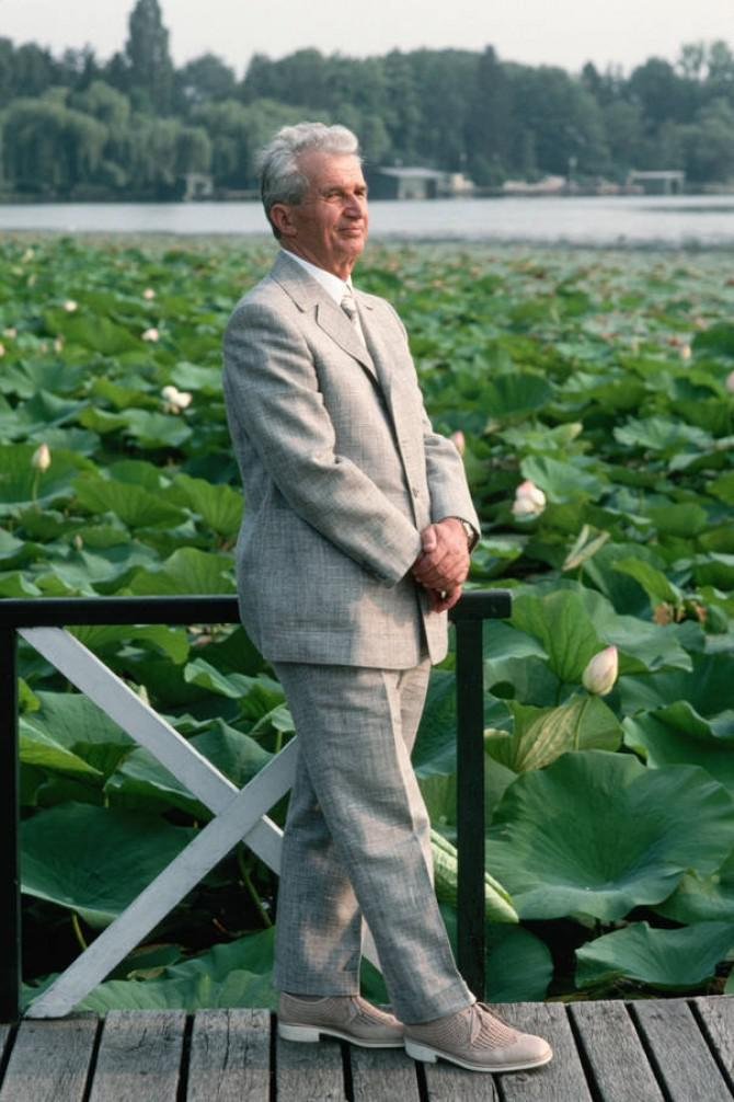 """Nicolae Ceaușescu i-a primit pe ziariștii de la """"Newsweek"""" îmbrăcat cu un costum obișnuit și încălțat cu pantofi ieftini, ceea ce le-a făcut o impresie proastă acestora"""