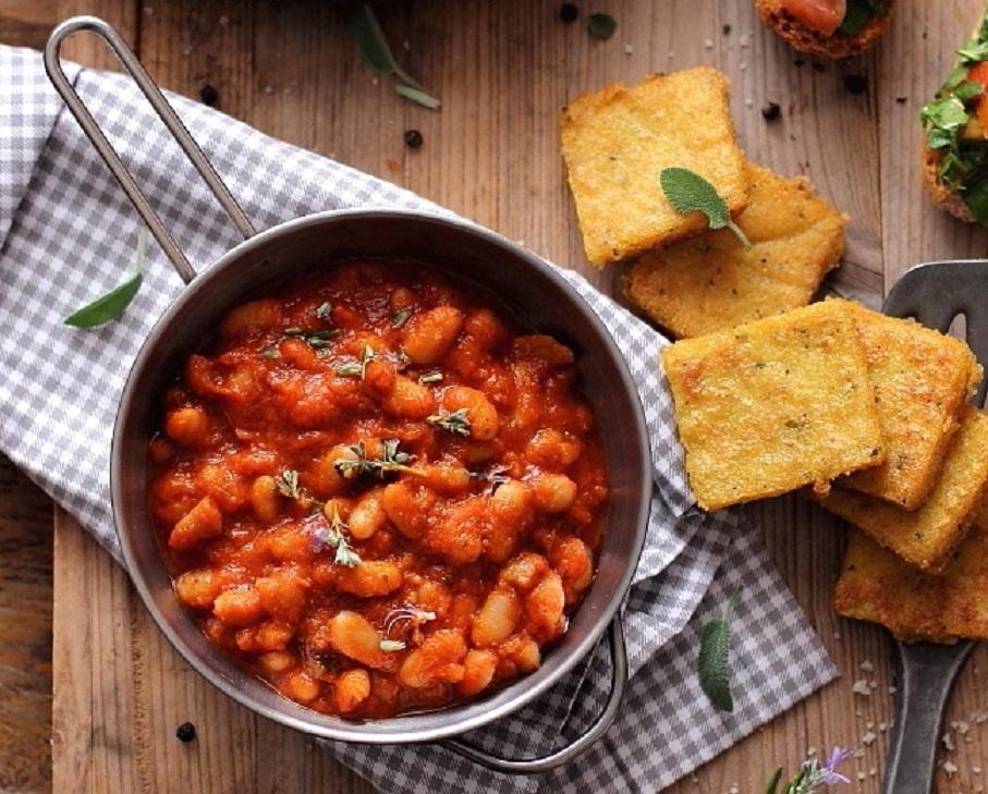 Mâncare dulce de post: mâncare italiană de fasole cu roșii, usturoi și rozmarin