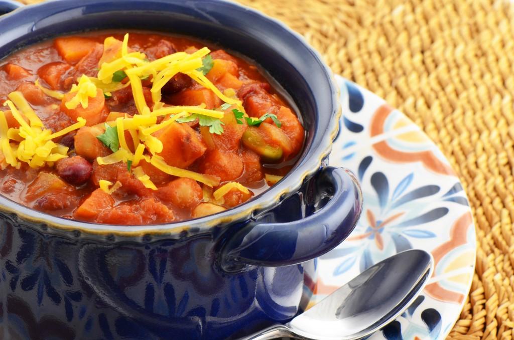 Mâncare dulce de post: chili de fasole neagră cu cartofi dulci, usturoi și porumb