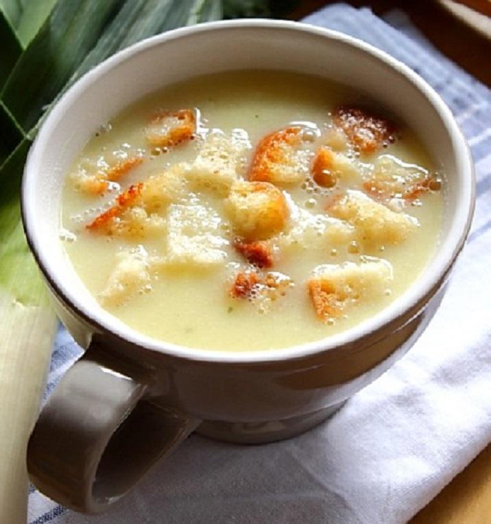 Mâncare dulce de post: supă-cremă de conopidă și praz, cu crutoane