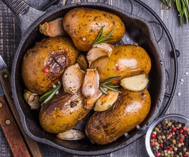 Mâncare dulce de post: cartofi fondanți cu cimbru și usturoi, un deliciu ușor și rapid de gătit