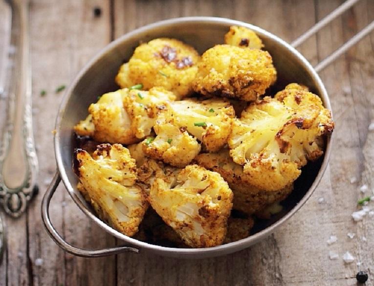 Mîncare dulce de post: conopidă la cuptor, cu curry și paprika