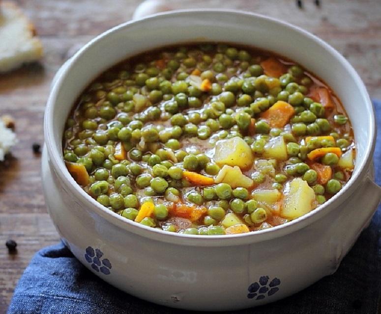 Mâncare dulce de post: mazăre cu cartofi, ceapă, usturoi și morcovi