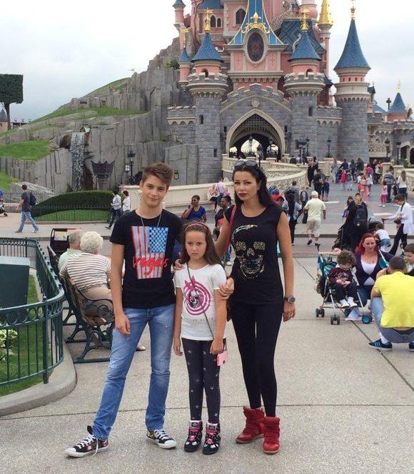 Brigitte Sfăt alături de copiii săi