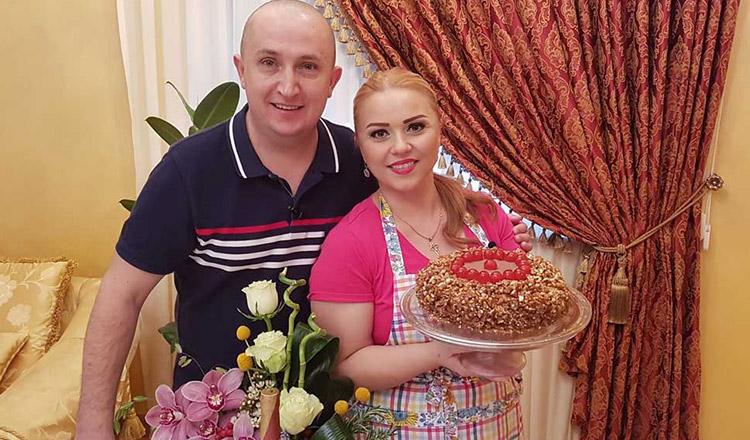 Cornelia şi Lupu Rednic, fotografiaţi în casă la ei, după ce au gătit împreună