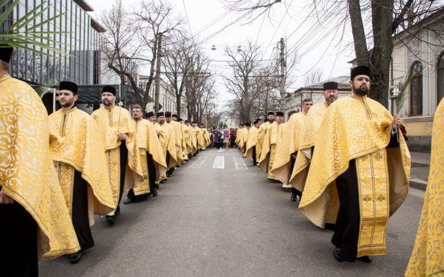 Semnificația din spatele veșmintelor albe ale preoților