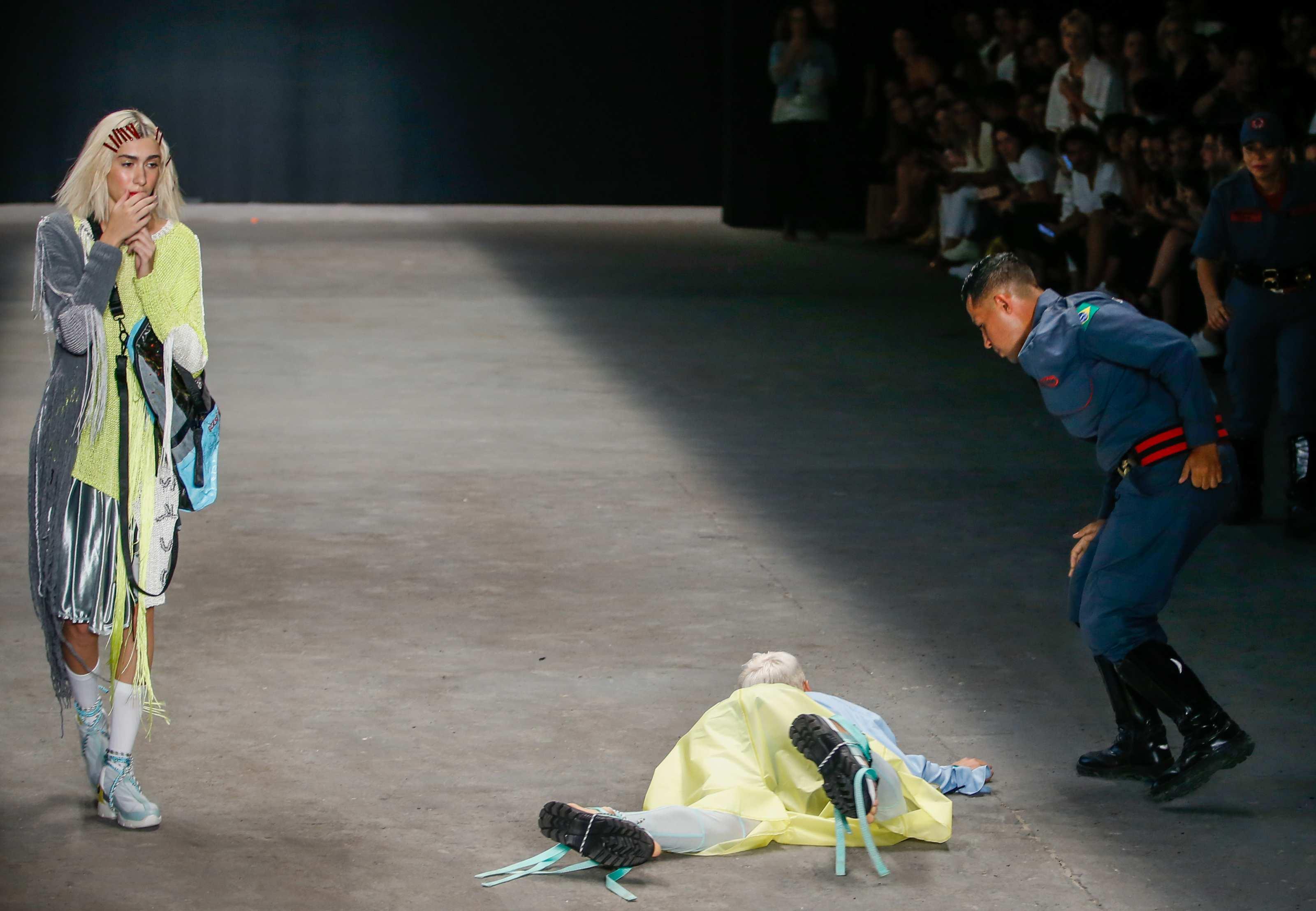 Tragedie în lumea modei. Manechinul Tales Soares a murit după ce a căzut pe podium